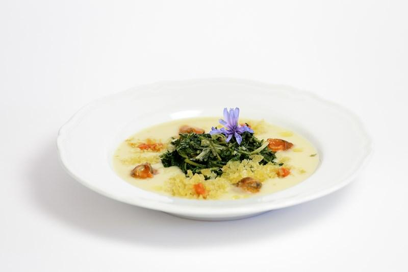 Crema di fave secche con verdura campestre saltata e lumache in salsa rossa piccante