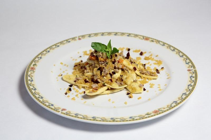 Strascinati al ragù bianco d'agnello delle Dolomiti Lucane e mollica di pane di Matera croccante
