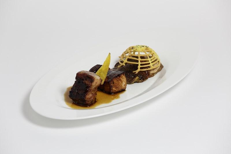 Cubo di pancetta stufata laccata al miele di acacia con cappello di fungo porcino arrostito