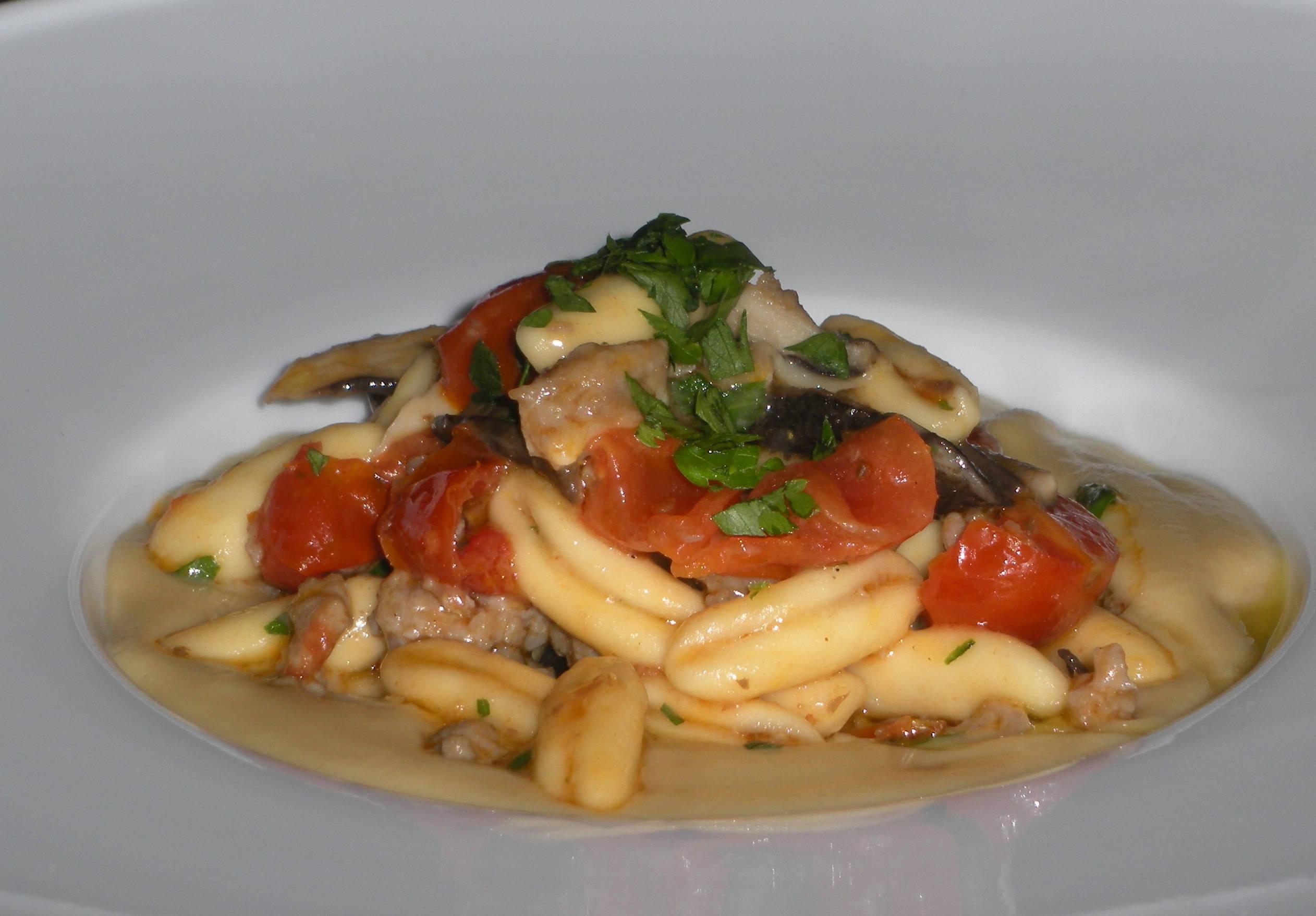 Cavatelli con salsiccia, funghi cardoncelli e pomodorini infornati su passata di ceci