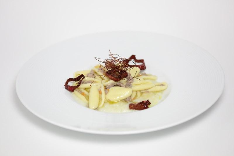 Cavatelloni con ragù bianco di salsiccia su crema di cavolfiori e coriandoli di peperone secco di Senise IGP